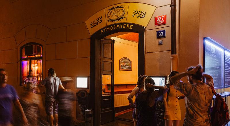 Vchod do pubu ATMOSPHERE